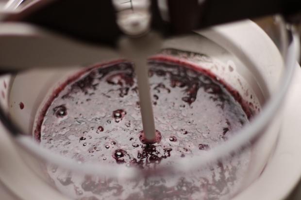 Frullare i mirtilli per preparare un'ottima gelée per i mignon cioccolato bianco e mirtilli